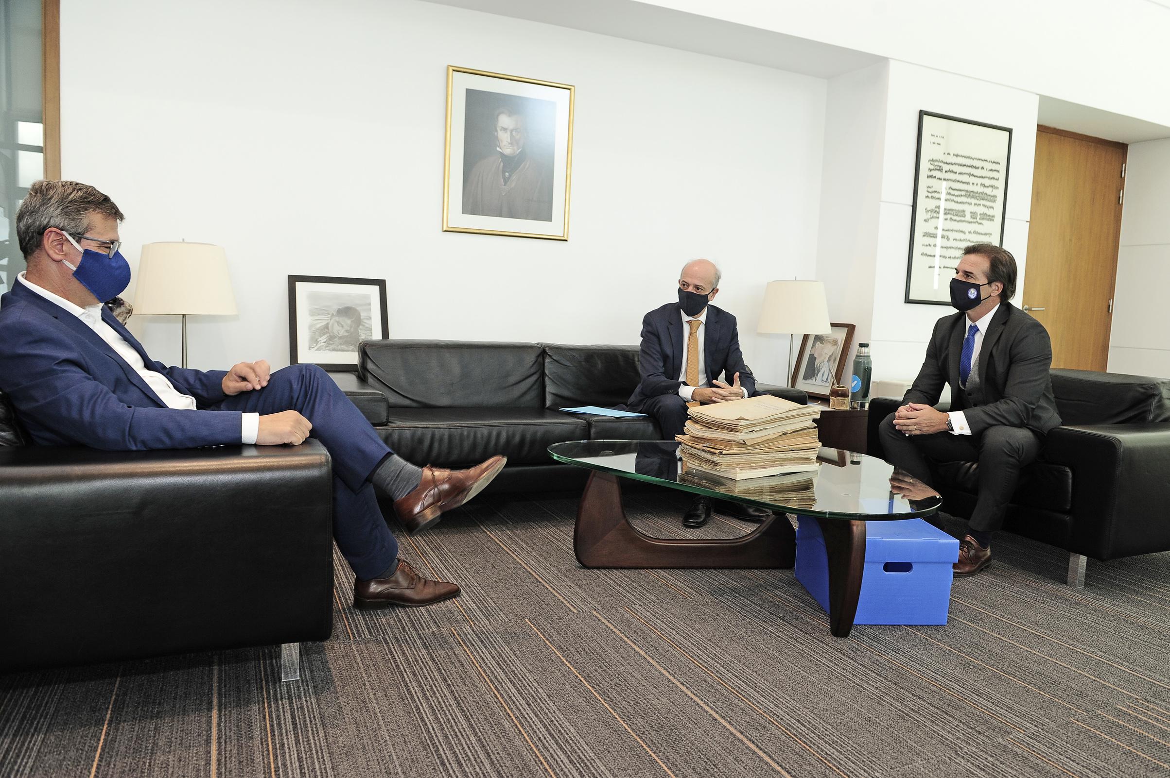 Presidente de la República, Luis Lacalle Pou, y ministro de Defensa Nacional, Javier García, recibieron al fiscal de Corte, Jorge Díaz