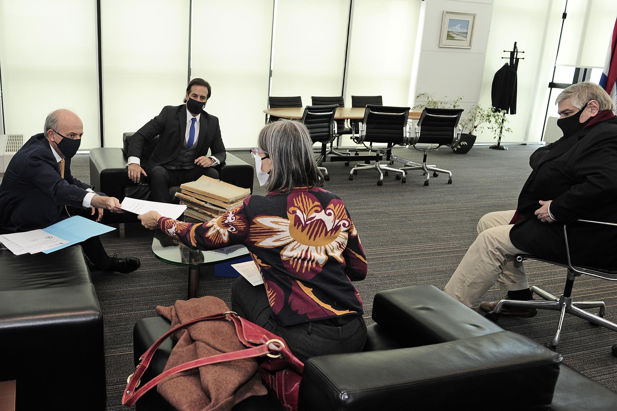 Presidente de la República, Luis Lacalle Pou, y ministro de Defensa Nacional, Javier García, con representantes de la INDDHH