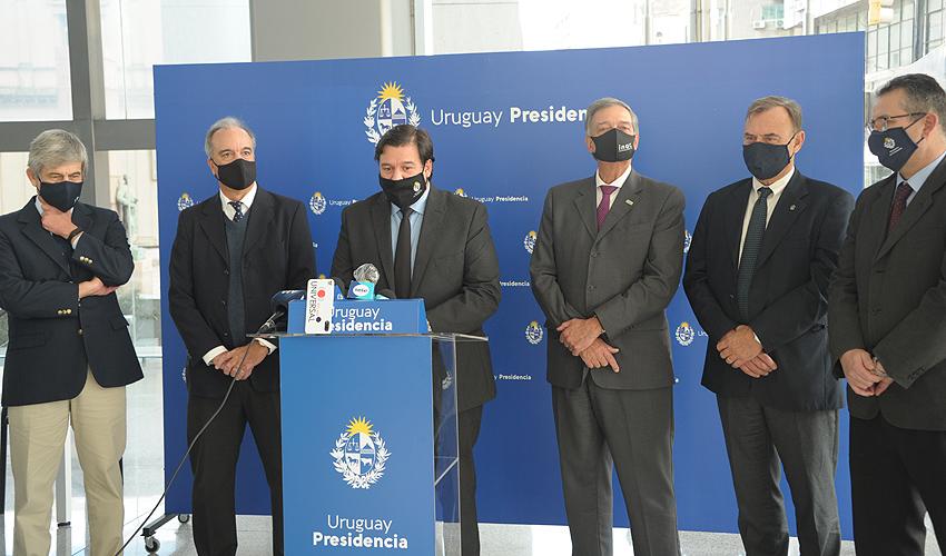Ministro de Ambiente, Adrián Peña, encabezó conferencia de prensa sobre presentación del equipo técnico de la huella ambiental ganadera