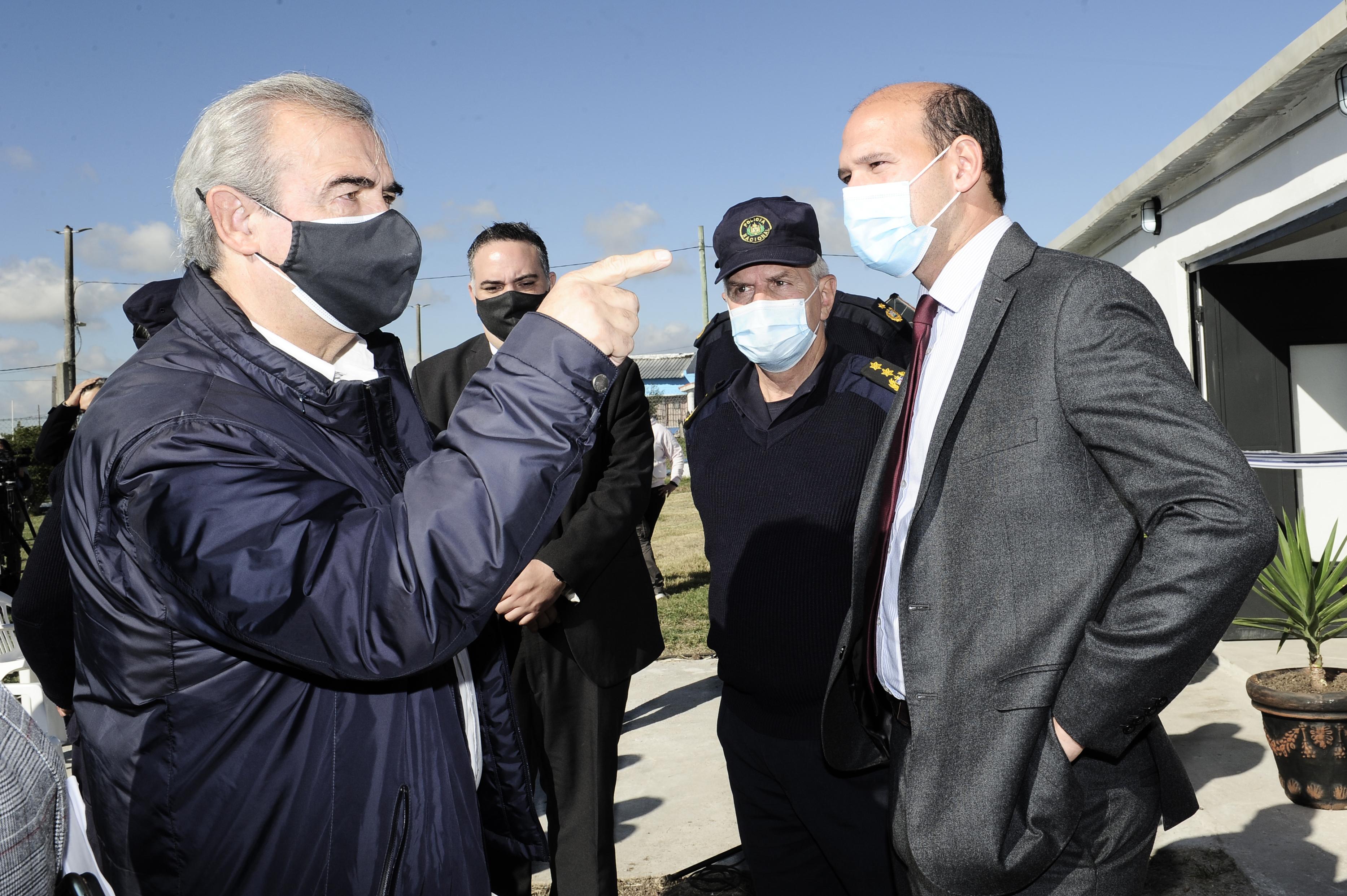 Ministro del Interior, Jorge Larrañaga, junto al ministro de Desarrollo Social, Martín Lema, en centro de preegreso de personas privadas de libertad