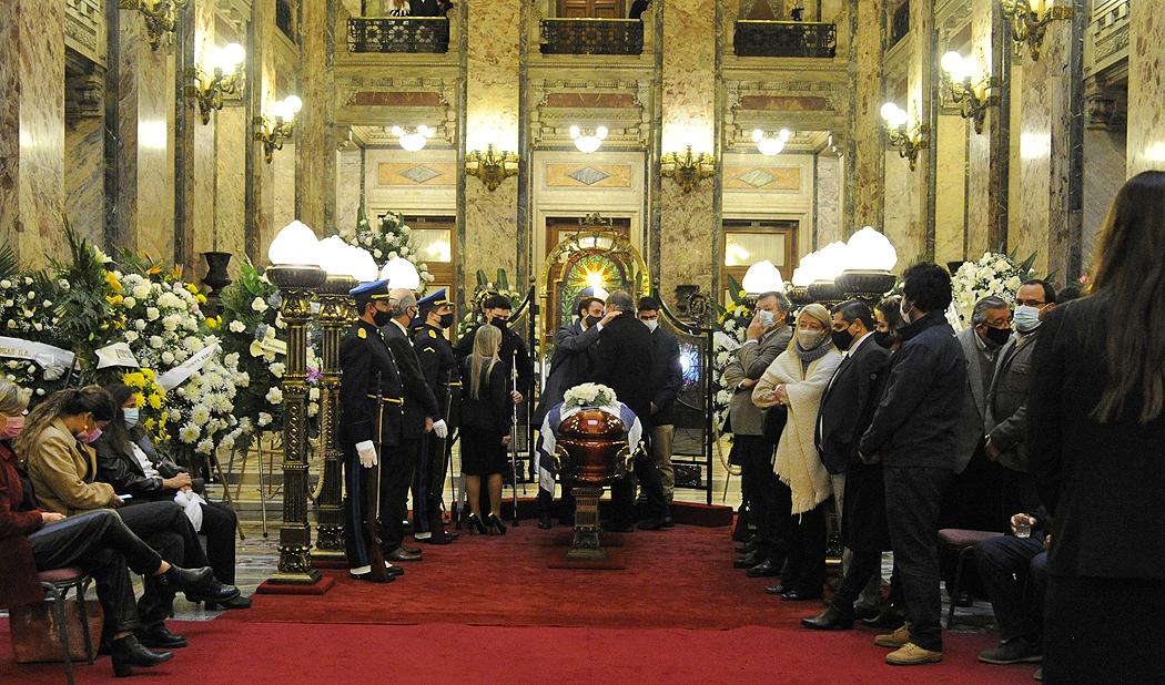 Presidente de la República, Luis Lacalle Pou, presente en el velatorio del ministro del Interior, Jorge Larrañaga