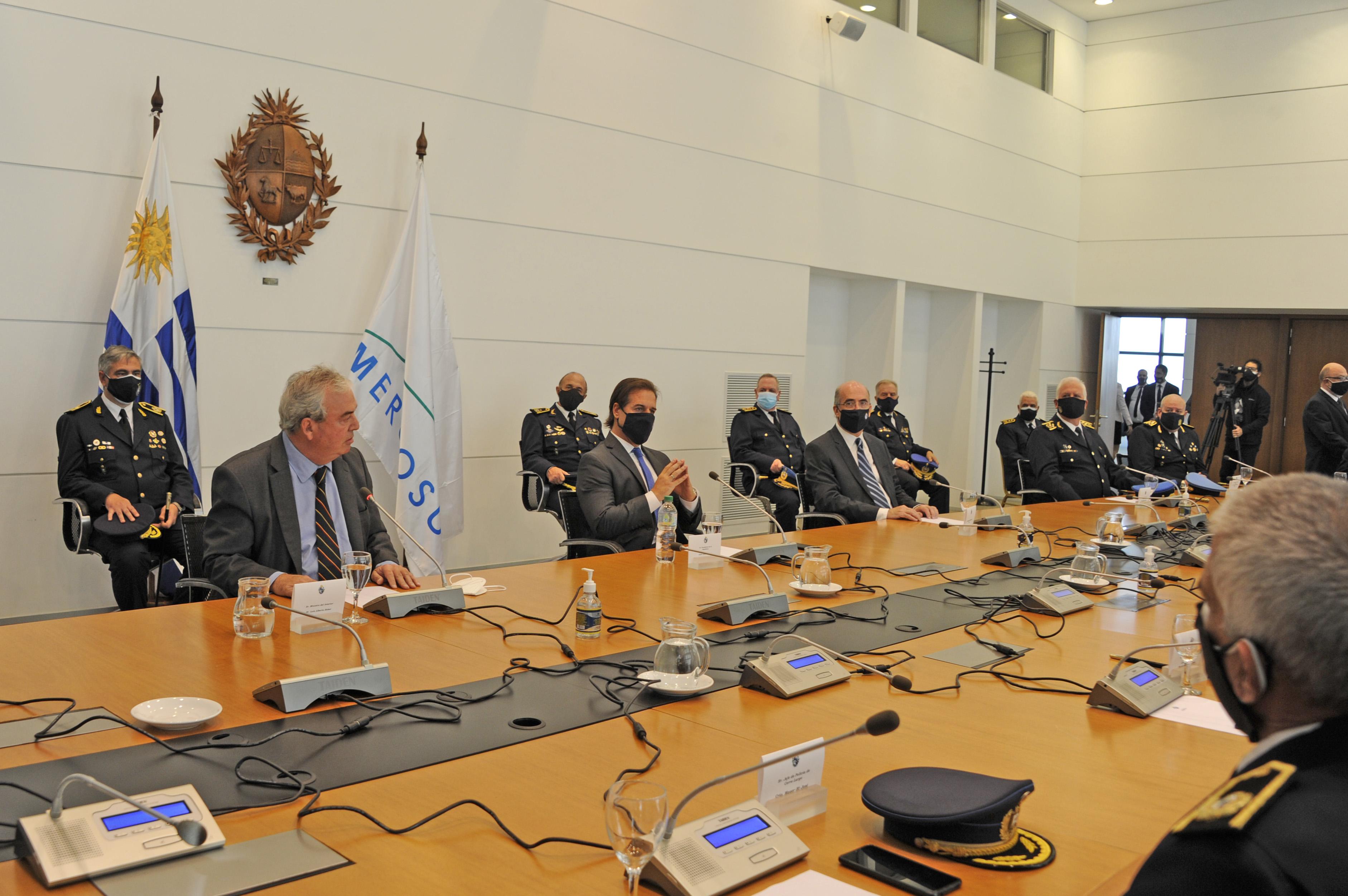 Luis Lacalle Pou recibió al designado ministro del Interior, Luis Alberto Heber, y autoridades policiales en el piso 11 de la Torre Ejecutiva