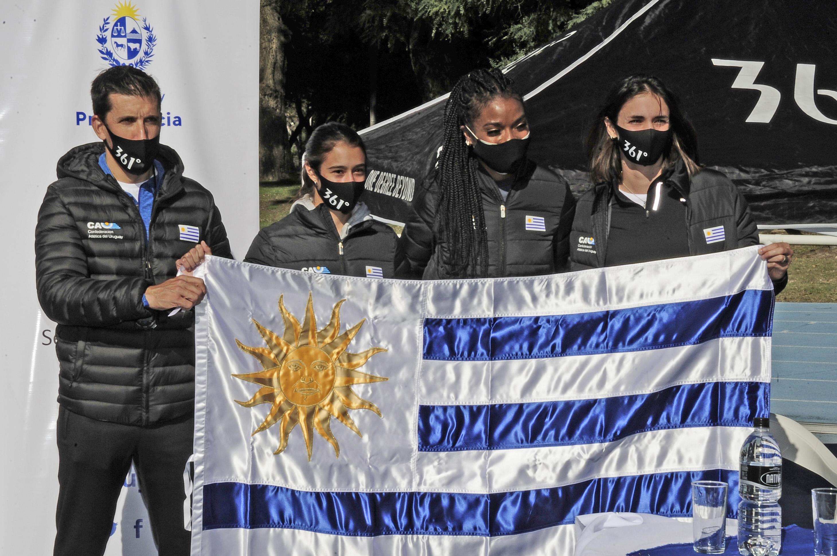 Acto de entrega de pabellón nacional a delegación de atletas uruguayos que participarán en el Sudamericano de mayores