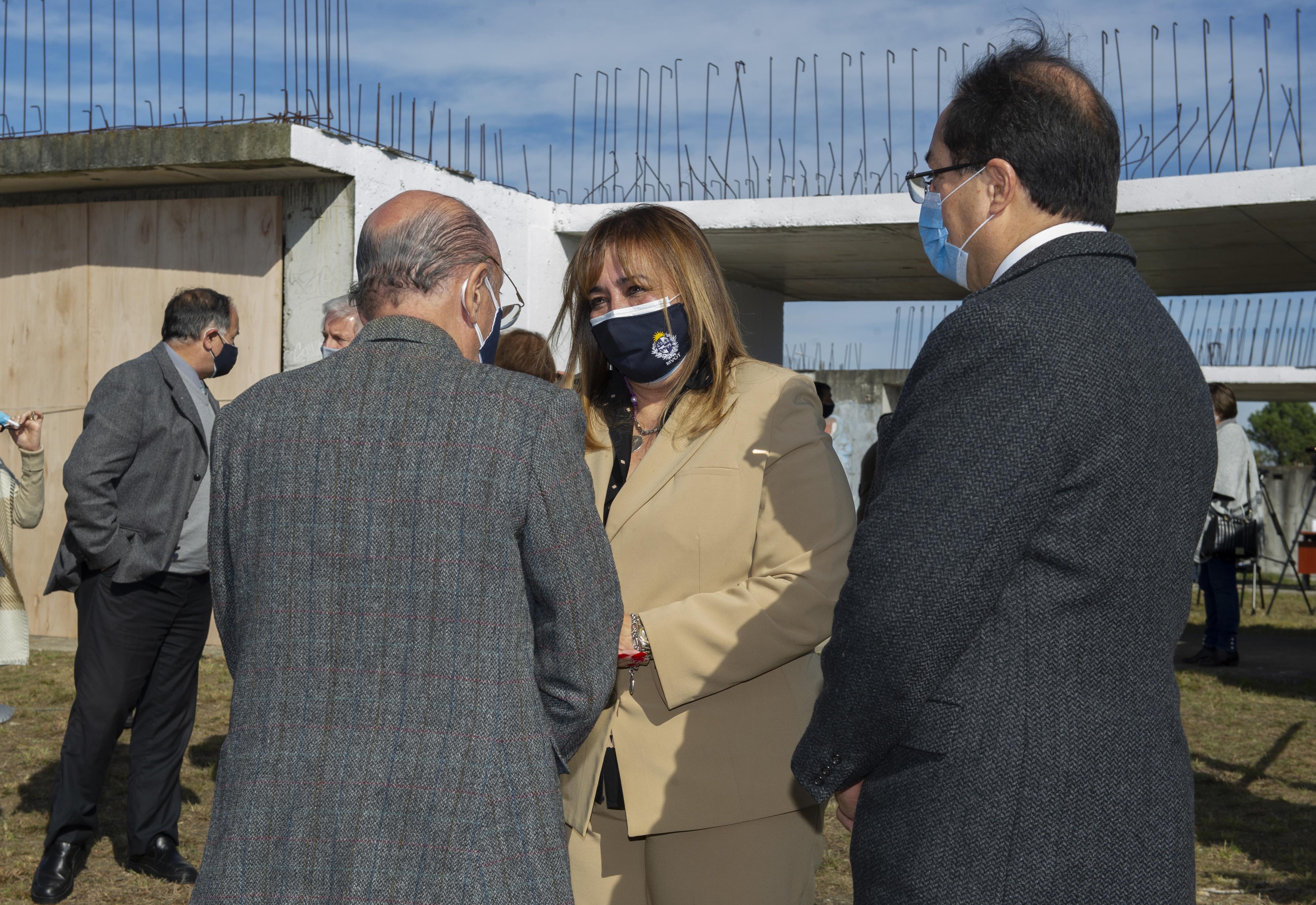Ministra de Vivienda, Irene Moreira, en el predio donde se realizará la culminación de obras