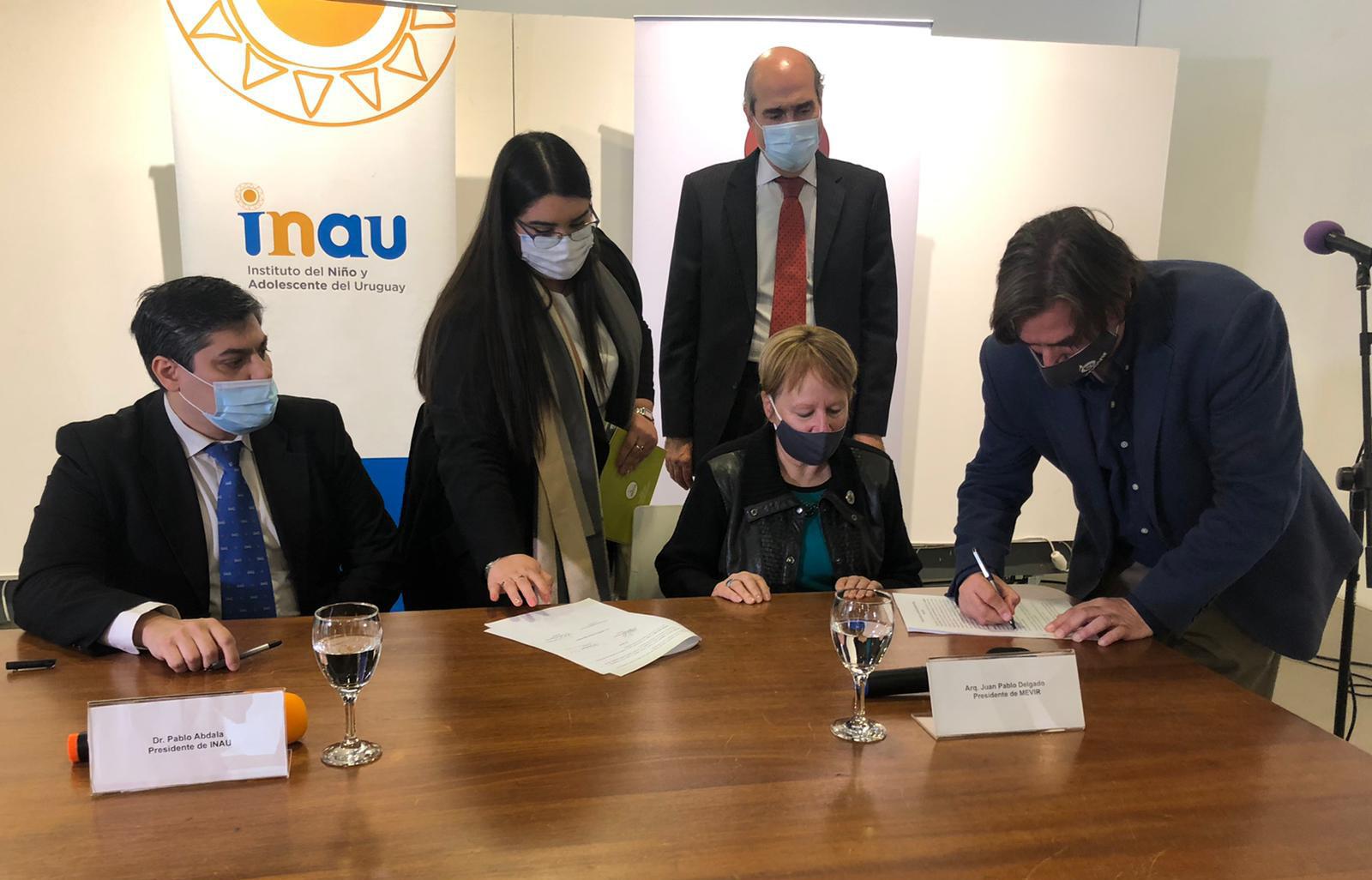 Autoridades en firma de un acuerdo marco de cooperación para el quinquenio, entre INAU y Mevir