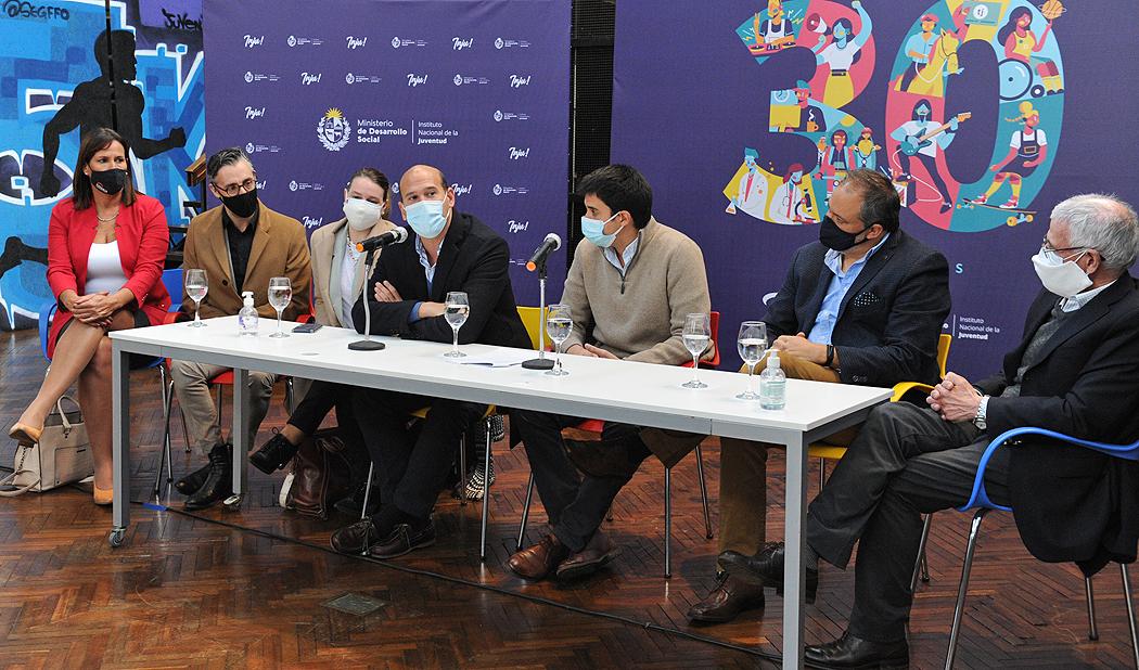 Ministro de Desarrollo Social, Martín Lema, haciendo uso de la palabra en conferencia de lanzamiento de programa INJU Avanza