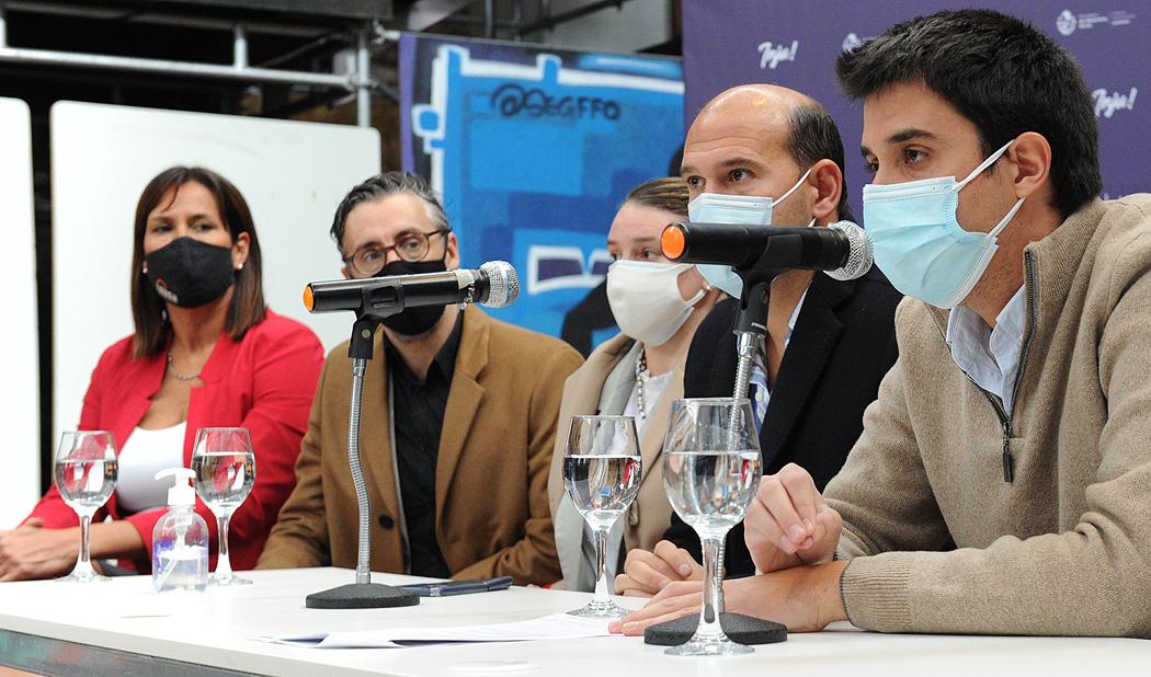 Director del Instituto Nacional de la Juventud, Felipe Paullier, haciendo uso de la palabra en conferencia de lanzamiento de programa INJU Avanza