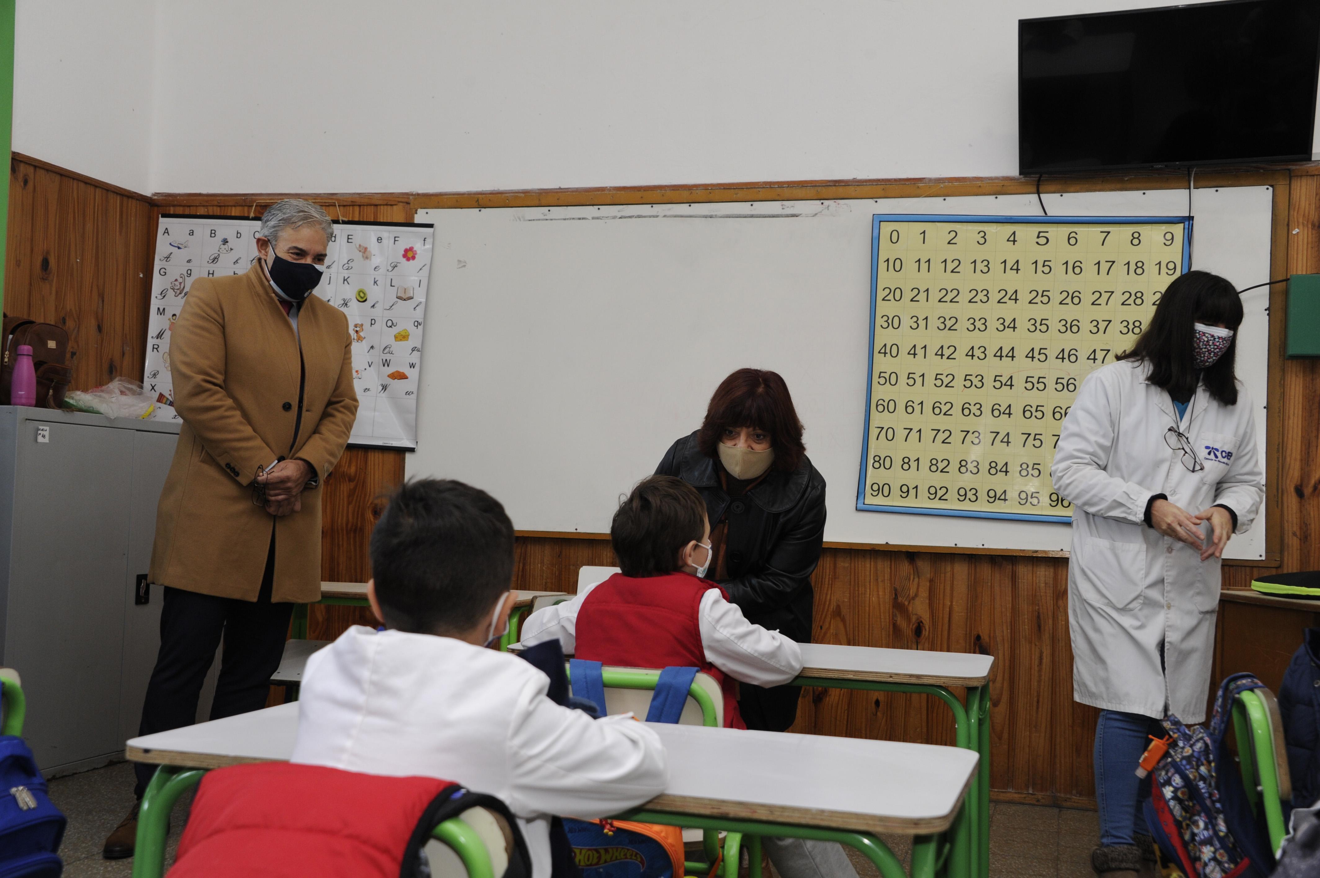 Presidente de ANEP, Robert Silva, y directora general de Educación Inicial y Primaria, Graciela Fabeyro, en escuela n.° 13