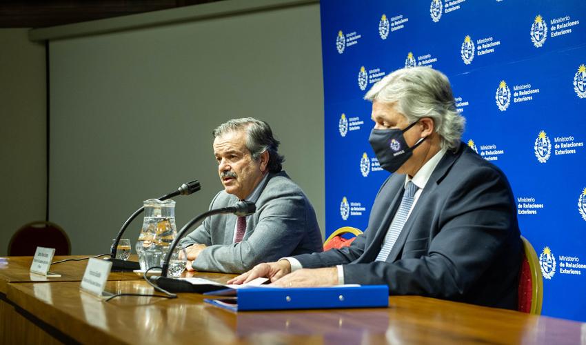 Ministro de Relaciones Exteriores, Francisco Bustillo, y el de Ganadería, Carlos María Uriarte, en conferencia de prensa