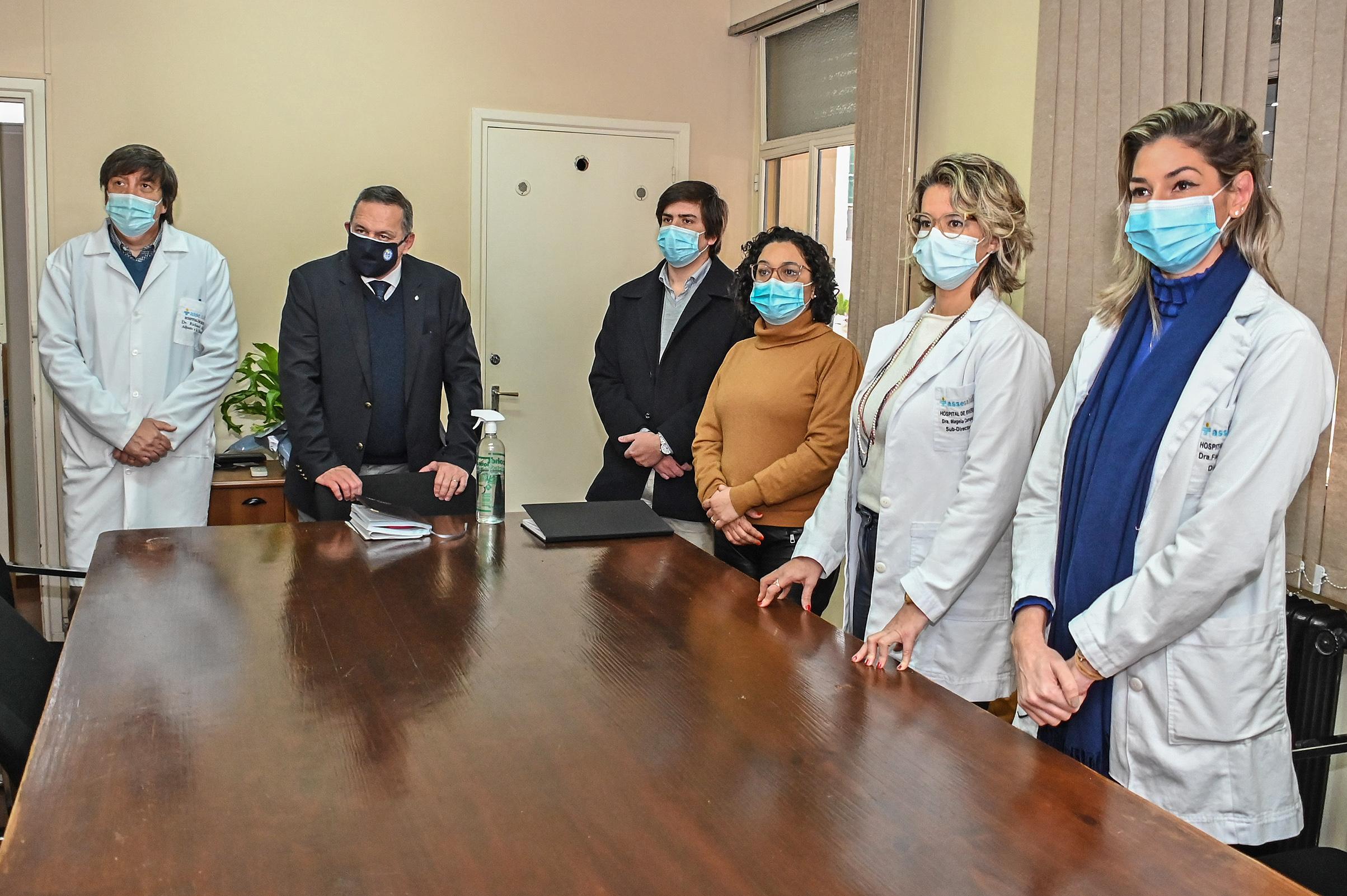 Autoridades e integrantes del personal del laboratorio